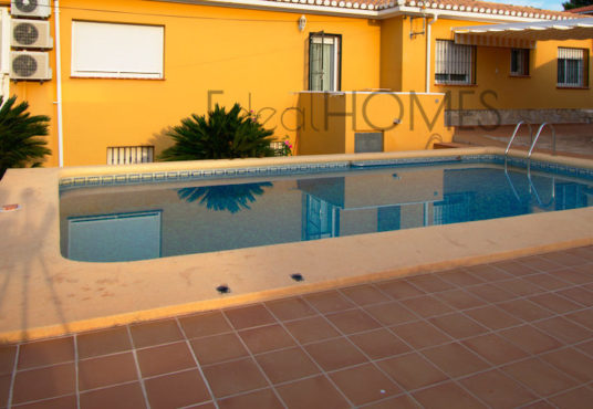 House for sale in Denia with independent apartment
